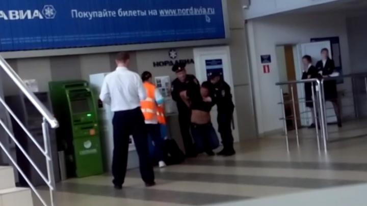 Опоздавший на рейс пассажир устроил дебош в аэропорту Архангельска