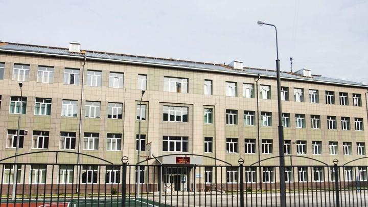 В гимназии на площади Калинина на ребёнка упал шкаф