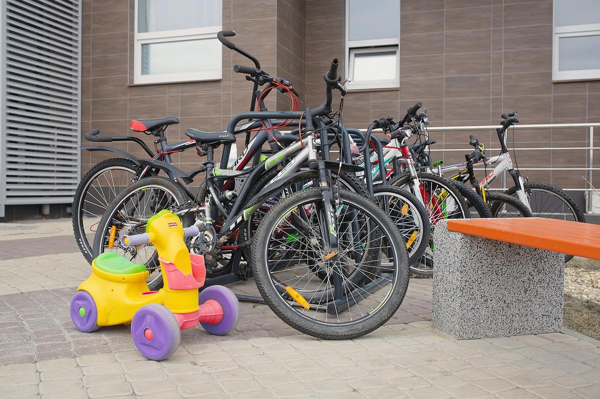 Жильцы безбоязненно оставляют велосипеды на стоянке у подъезда