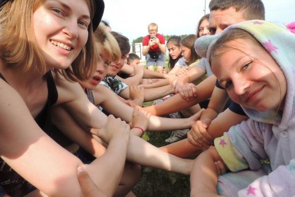 Яна (слева) организует площадку социализации для непростых ребят в пятый раз