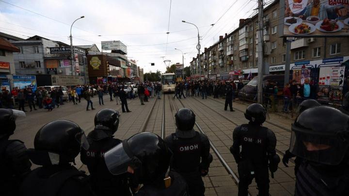 Полиция: ОМОН вывели на улицу, чтобы митингующие не забрали оружие в Центральном РОВД
