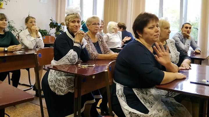 В Красноярске учителя нарядились в школьную форму и поменялись местами с учениками