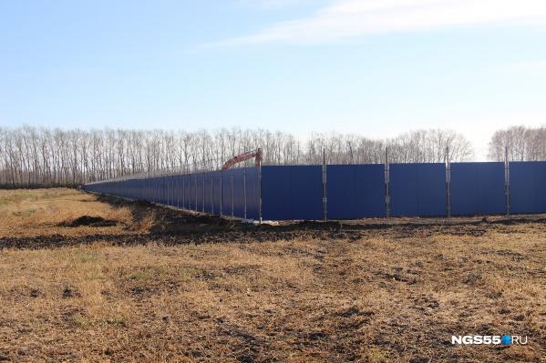 Территория городка обнесена забором с колючей проволокой