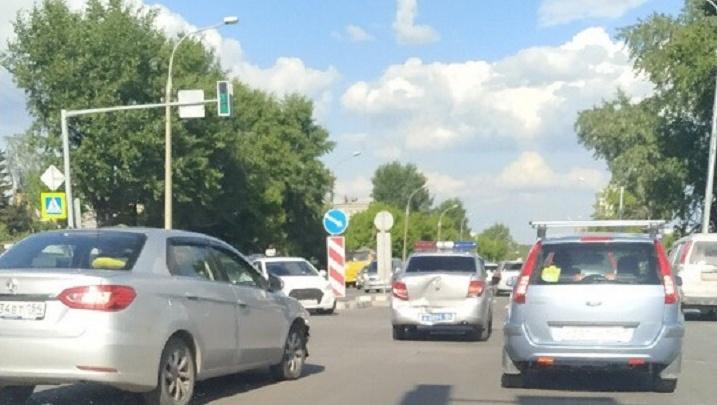 В Новосибирске водитель седана протаранил машину ДПС