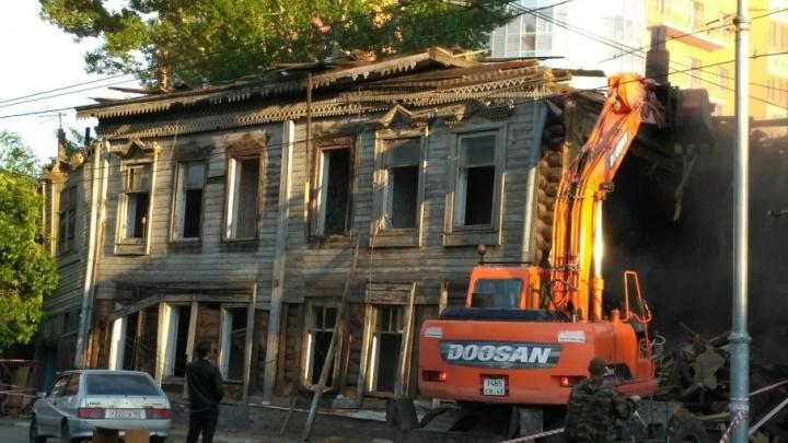Пыль и щепки: на улице Льва Толстого в Самаре сносят деревянный дом