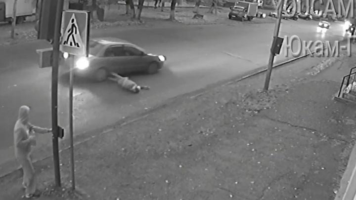 В Уфе Mitsubishi Lancer на светофоре сбил пешехода