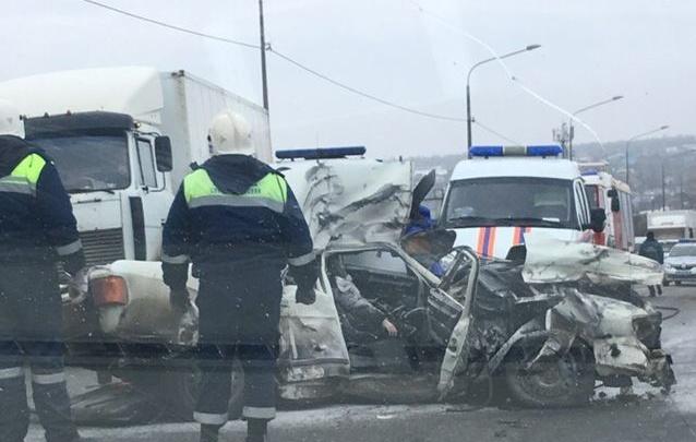 «Парень с девушкой погибли»: в Волгограде в жуткой аварии фура смяла «Волгу»