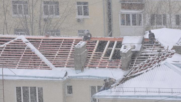 «Снег пошёл, а у нас крыши нет»: в доме на проспекте Ленина из-за капремонта заморозили жильцов