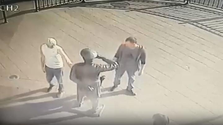 Двое мужчин повредили статую Городового на Любинском проспекте