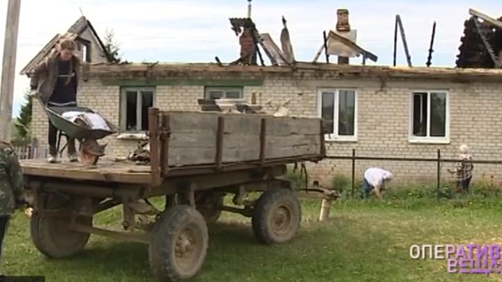 «Даже продукты хранить негде»: ярославцы скинулись многодетной семье, у которой сгорел дом