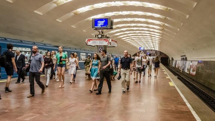 На станции «Площадь Ленина» встали поезда: на рельсах оказался мужчина