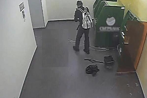 Мужчина пришел в отделение с большими воздушными шарами