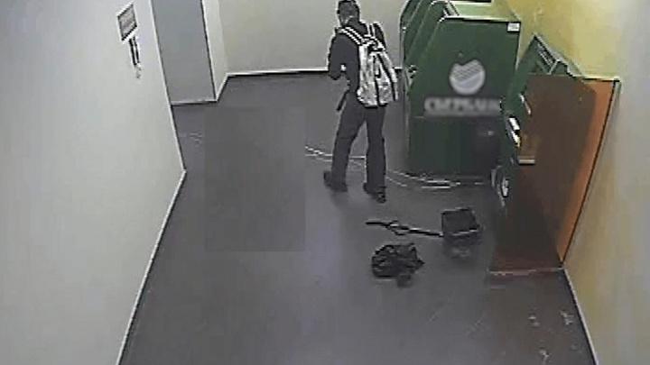 Зашёл с яркими шарами: полиция показала налётчика, подорвавшего Сбербанк в Волгограде