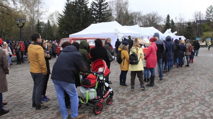 Толпа новосибирцев выстроилась в 100-метровую очередь за бесплатными книгами