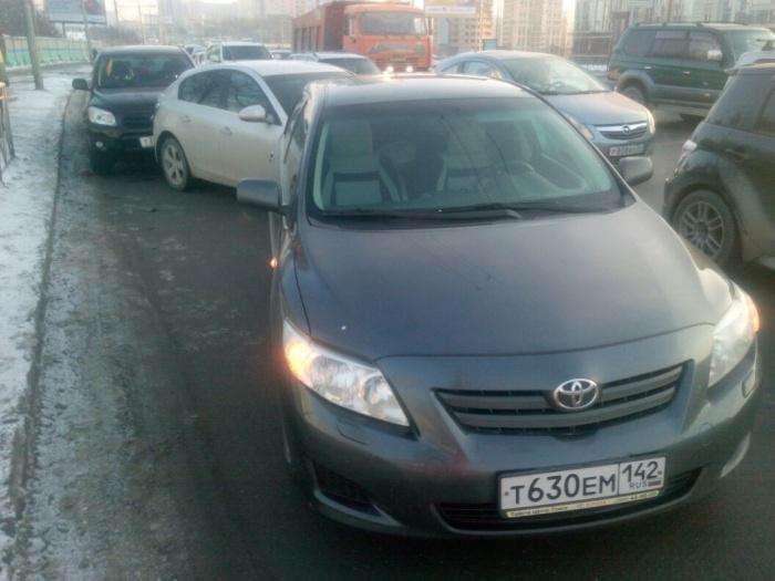 Авария из четырёх автомобилей произошла сегодня днём на Октябрьской магистрали
