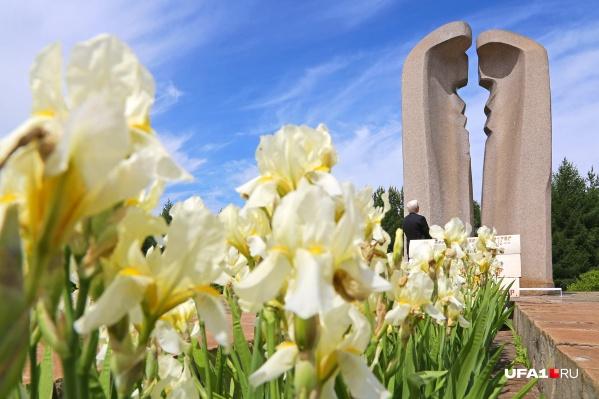 Мемориал жертвам катастрофы символизирует расплавленные рельсы и одновременно женский профиль