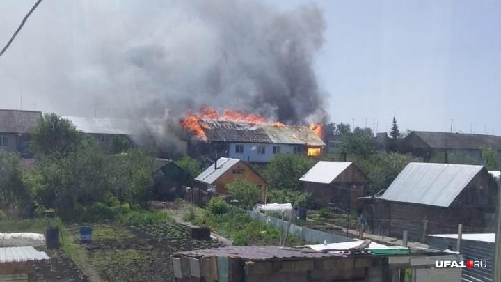 В селе Булгаково под Уфой загорелся двухэтажный жилой дом