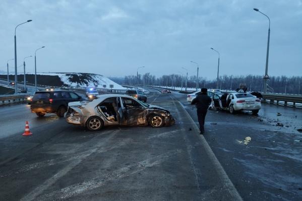 Машины столкнулись на съезде с моста