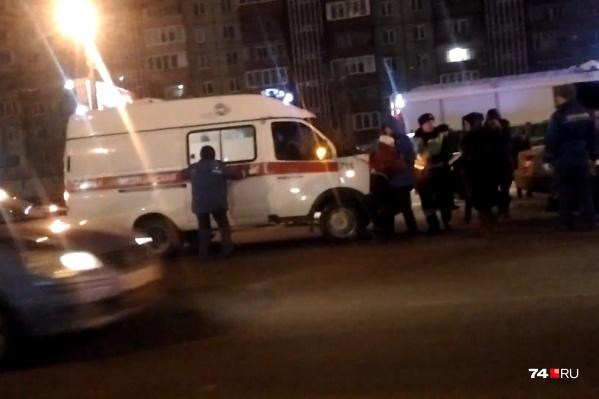Девочку при ДТП зажало в такси. Её достали спасатели и передали медикам
