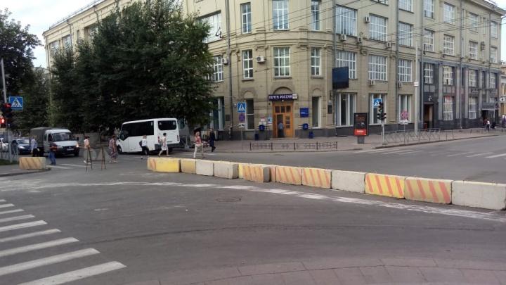Улицу Ленина перегородили бетонными блоками