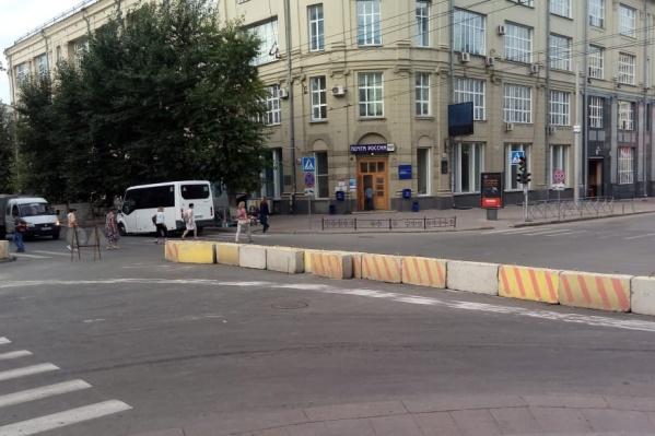 Дорогу перегородили большими бетонными блоками