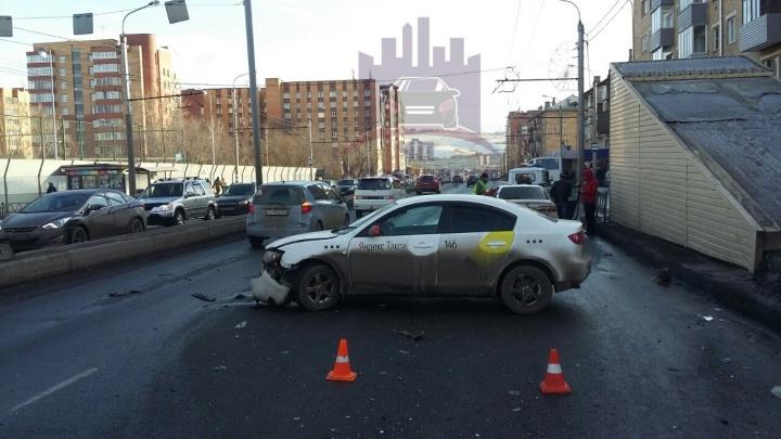 Лихач протаранил поворачивающее на красный такси «Яндекса» на Свободном