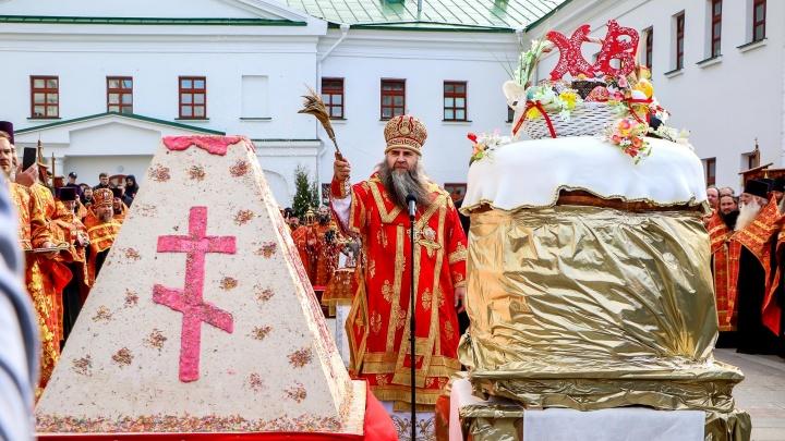Крестный ход в Нижнем Новгороде: нижегородцы ловили деревянные яйца и ели гигантский кулич