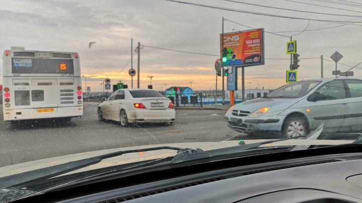 «Кто-то проехал на красный»: столкнувшиеся иномарки сковали пробкой Вторую Продольную Волгограда