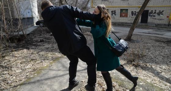 "Кричим, царапаем, ломаем палец и бежим: как журналистка E1.RU спасалась от ""маньяка"" во дворе на Ботанике"