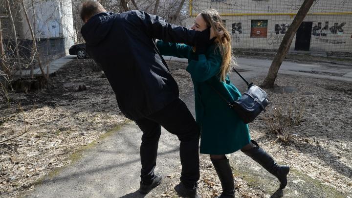 Кричим, царапаем, ломаем палец, бежим: журналистка E1.RU спасается от «маньяка» во дворе на Ботанике