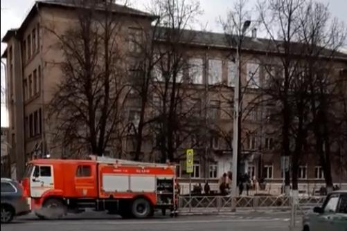 «Смысл эвакуировать?»: пользователи Сети накинулись на автора видео, снявшего ЧП в школе