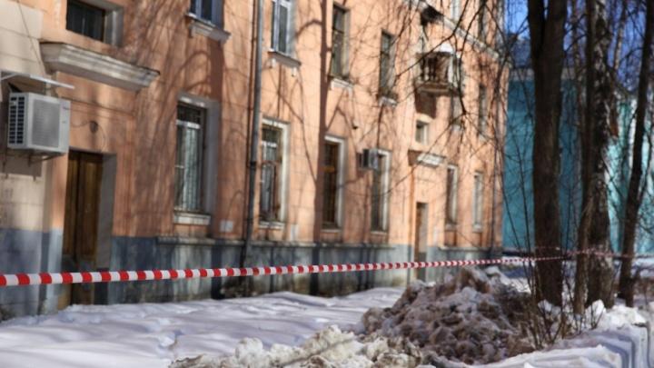 Место, где глыба льда проломила голову 8-летней девочке, было огорожено лентой