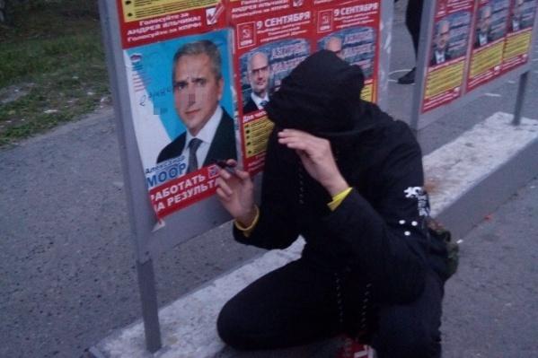 Школьник прислал своим друзьям фото, где он позирует рядом с плакатом с нецензурной надписью. Через два дня к нему пришли полицейские
