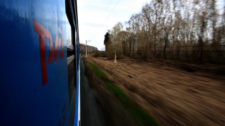 Поезд насмерть сбил женщину в наушниках