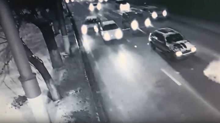 Уходил от столкновения с попуткой: на севере Волгограда иномарка влетела в опору освещения
