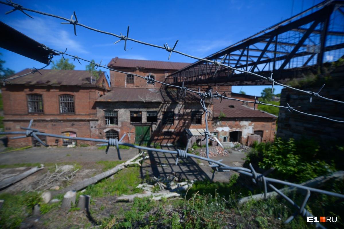 Сейчас территория завода охраняется. Несколько лет назад туда мог попасть любой желающий. Так здание лишилось стекол в окнах