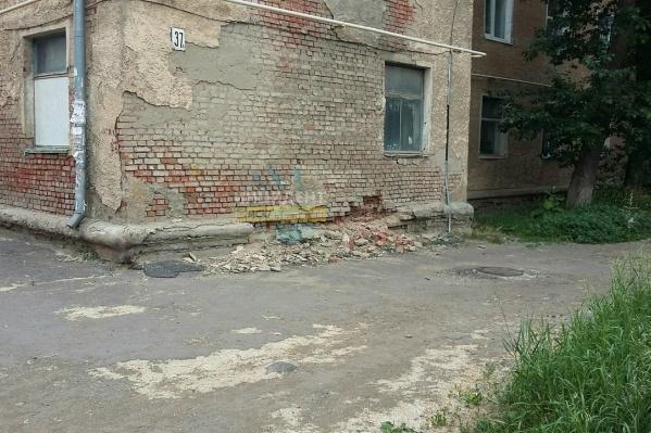 По догадкам жильцов, обрушение началось из-за халатности бывшей управляющей компании