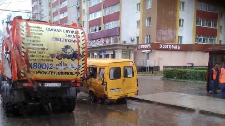 Лопнул шланг: в Башкирии вилы мусоровоза пробили окна маршрутки