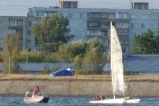 Ветер перевернул в Обском море катамаран с двумя спортсменами — они не могли выбраться сами