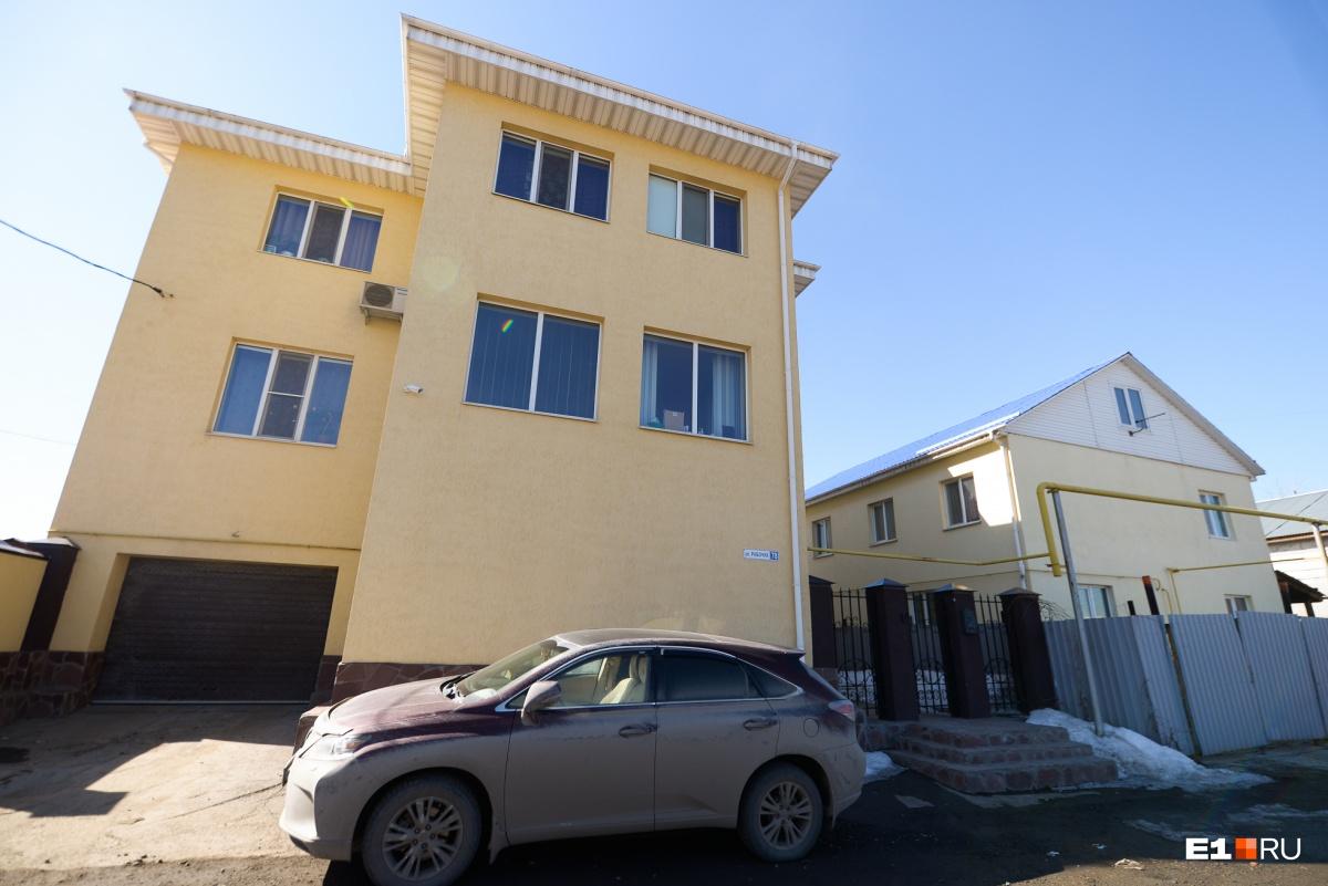 Напротив Ирины Александровны — два больших дома, больше похожих на офисы. Но нас заверили, что они жилые