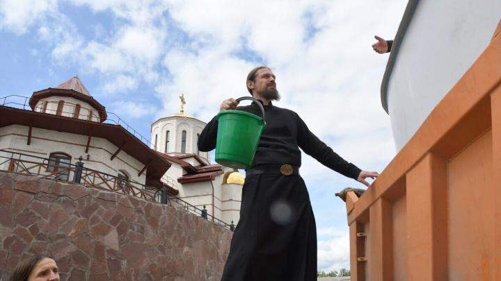 Санитары реки: монахи из Винновки выпустили 56 тысяч мальков стерляди в Волгу
