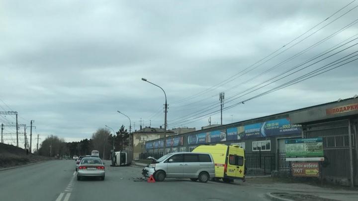 Фото: грузовик развернулся после ДТП на Первомайке и лёг на бок
