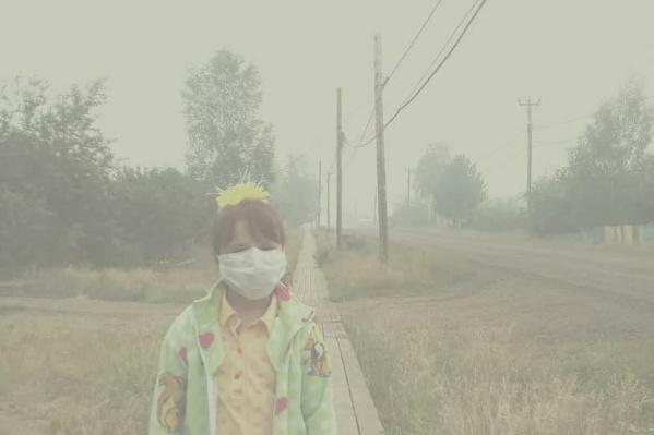 На фото 7-летняя жительница посёлка Ванавара. Автор снимка уверяет: здесь нет никаких фильтров. Так сейчас выглядит место, где живут люди.