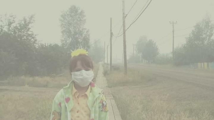 «Людей вытравливают»: жители посёлка возле горящих лесов показали, чем дышат старики и дети
