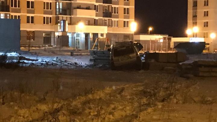 «Всё разрыто»: на Уралмаше иномарка снесла забор на стройке и въехала в бетонные плиты