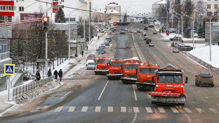 Уфимец снял на видео, как пять снегоуборщиков до блеска метут от снега чистую центральную улицу