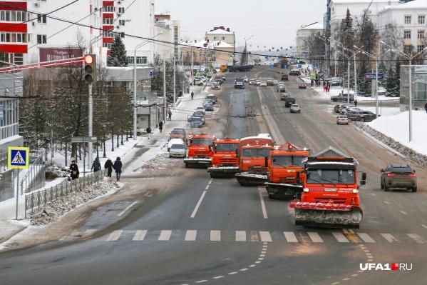 Такими стройными рядами проехались снегоуборщики по улице Заки Валиди
