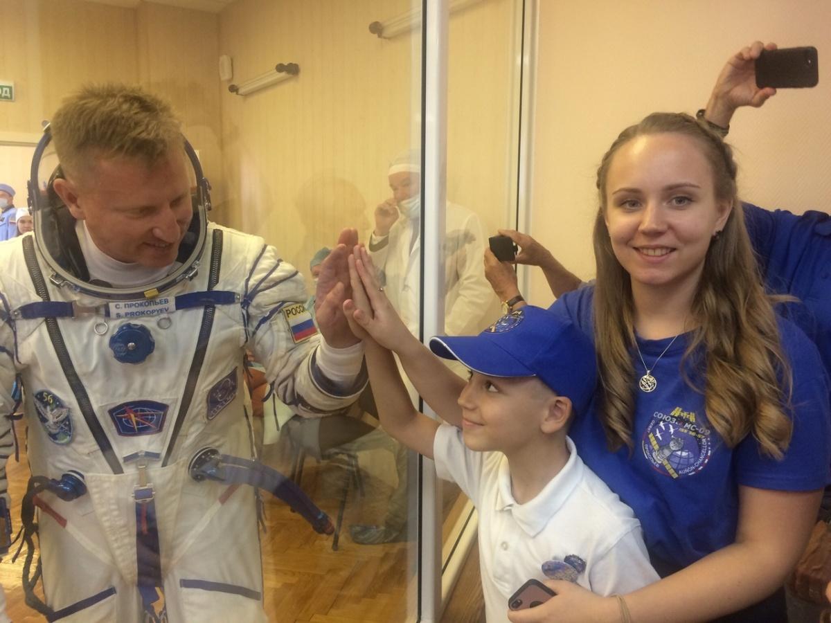 Сергей прощается с дочкой и сыном