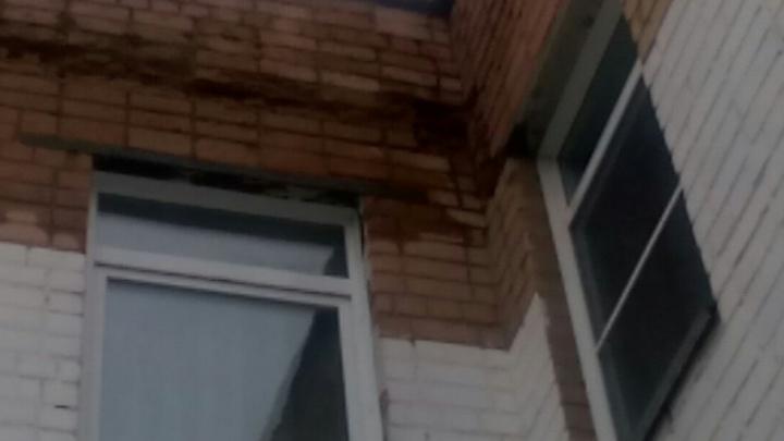 «Не хлопайте дверью»: над входом в челябинский детсад начали осыпаться кирпичи