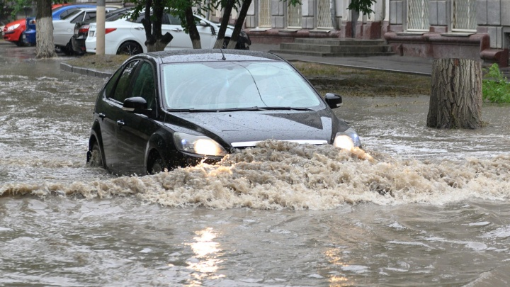 «Машины уже стоят на аварийке»: волгоградский ливень второй раз подряд утопил главные магистрали